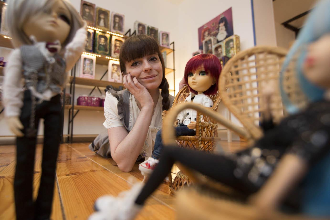 Emilie Engler tient la boutique Jolie Doll, à Strasbourg. Elle vend des Pullip, poupées de collection importées d'Asie © Jean-François Badias
